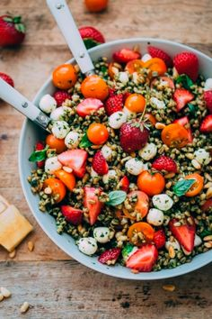 Hearty farro is tossed with homemade pesto, strawberries, tomatoes, and mozzarella cheese to create this beautiful summer grain salad. salad Strawberry Caprese Farro Salad - A Beautiful Plate Vegetarian Recipes, Cooking Recipes, Healthy Recipes, Healthy Drinks, Baker Recipes, Healthy Grilling, Comidas Fitness, Grain Salad, Farro Grain