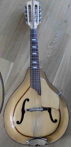Musima mandolin Cool Music Videos, Good Music, Epiphone, Mandolin, Banjo, Playing Guitar, Musical Instruments, Inner Smile, Musicals