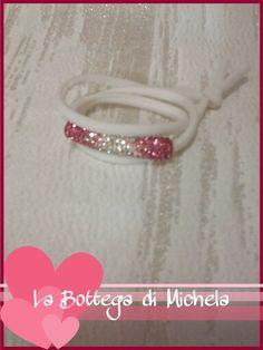 Bracciale in fettuccia bianca con tubo di strass rosa/bianco