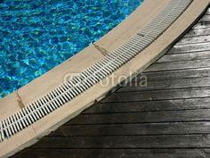 Schiffsdielen an einem Swimmingpool in Bodrum in der Türkei