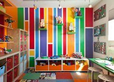helles Kinderzimmer unterschiedliche Farben Wandregale Kommode Schrank Schreibtisch