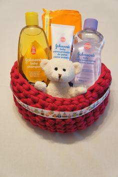 Cesta hecha a mano con productos para el aseo y el baño y un pequeño peluche... http://www.mibabyclub.com/tienda/cestas/cestas-para-bebes.htm