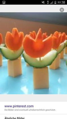 Carrots, cucumbers and a piece of cheese and you have an edible flower pot. Delicious food for the children's birth Cute Food, Good Food, Yummy Food, Enjoy Your Meal, Maila, Party Buffet, Festa Party, Snacks Für Party, Food Decoration