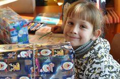 Das Päckchen der Freude hat sein Ziel erreicht: Freude leuchtet aus den Augen dieses Kindes.