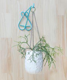 Babilonia Blanco - Matera colgante. $75.500 COP. Encuentra más materas, floreros y plantas ornamentales en https://www.dekosas.com/floreros-plantas-ornamentales