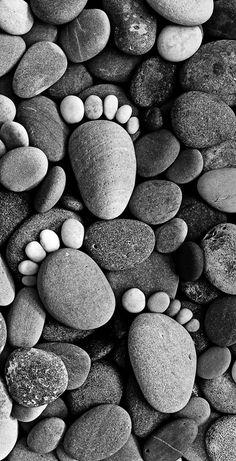 Stone Footprints, des empreintes de pieds réalisées à partir de cailloux de différentes tailles ...