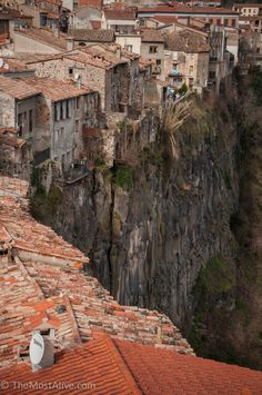 Castellfollit de La Roca, Girona, Catalunya... That's what you call livin' on the edge.