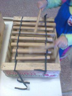xilofones con cajones de fruta y caña