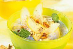 Birne Porridge mit Apfelsaft + Haselnussblättchen