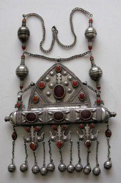 Central Asia | Esari 'tumar' necklace; silver and carnelians | 19th century | POR