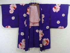 This is a charming haori with pink color cosmos like flower pattern, which is dyed on the vivid blueish purple color base