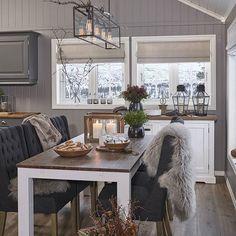 Godt nytt år! Bilde fra vår siste fotoshoot på fjellet før jul. Nye bord og stoler som vil være kommende nyheter ♡ #bohusinteriør #bohus #rusikk #landliginteriør #interior #interiør #interiørtips #nordiskinteriør #scandinavianinterior #spisebord #spisestol #spisestue #hytte #hytteinspirasjon #interiørinspirasjon #hytteliv