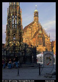 Schoner Brunnen (fountain) and Liebfrauenkirche (church of Our Lady) on Hauptmarkt. Nurnberg, Bavaria, Germany