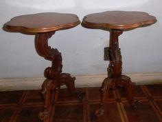 Par de mesas auxiliares em cerejeira, pernas entalhadas e tampo recortado. Alt. 65cm e diam. 40cm.