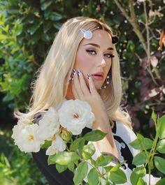 Capitol Records, Melanie Martinez, Disfraz Katy Perry, Katy Perry Photos, Mtv Videos, She Is Gorgeous, Beautiful, Billboard Hot 100, Wedding Art