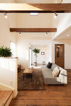 吹き抜けや奥に続くコンサバトリーなど解放感に満ちたリビング。 構造用の梁がインテリアのアクセントとして効いています。 Interior Design, House, Modern House Design, Interior, Modern House, Interior And Exterior, Home Decor, My Room, Room