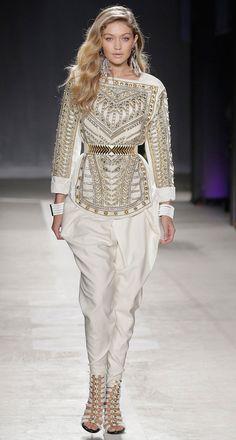 La carrera de Gigi Hadid despegó en 2014. En pocas semanas fue portada de Sports Illustrated y del Fashion Book de Carine Roitfield, desfiló para Desigual en la semana de la moda de Nueva York, y protagonizó el calendario Pirelli y la campaña de Tom Ford. En la imagen vestida de Balmain para H&M, marcando cintura y caderas con un mono blanco con detalles dorados.