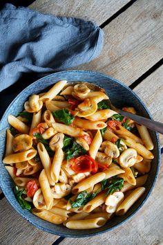 Schnelle Pasta mit Tomaten, Pilzen und Spinat - Blueberry Vegan