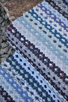 Loppberga Lager: Blå blommor Loom Weaving, Hand Weaving, Textiles, Recycled Fabric, Woven Rug, Rag Rugs, Rugs On Carpet, Needlework, Diy And Crafts