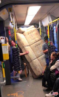 Hacer la mudanza con el metro . Más #humor en www.lasfotosmasgraciosas.com