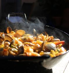La Fideuá de pescado es una receta marinera originaria de las costas de Comunidad Valenciana, que se elabora de forma parecida a la paella.