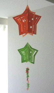 七夕飾りを、立体モビールで作ってみました(写真:左)。 上の2つの星は、単体で立つので、オブジェとして、置いただけでも飾れます(写真:右)。  どちらがお好きですか?  モビール              オブジェ           モビールは、いちばん下の星屑をどのようにつなぐか・