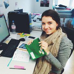 """Unsere neue Bloggerin/Praktikantin Maggie sagt """"Hello"""" zu euch  und freut sich riesig über ihr Welcome-Geschenk von der Agentur . Danke liebes @welovetoshare_de #Happyhappy #Maggie #helloworld #wasistwohlindempaket"""