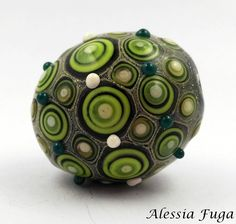 Handmade focal lampwork glass bead in green and ivory di alessiafuga su Etsy