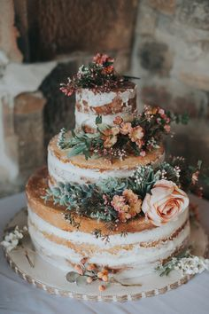 The half-naked wedding cake with fresh flowers gives a wedding in the heart . - The half-naked wedding cake with fresh flowers gives a fall wedding a soft, feminine touch We are t - Naked Cake With Flowers, Fresh Flower Cake, Naked Wedding Cake, Vegan Wedding Cake, Fall Wedding Desserts, Dessert Wedding, Orange Wedding Colors, Burgundy Wedding, Orange Color