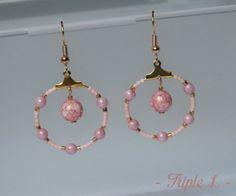 ~ DESCRIPTIF ~ Cette paire de boucles doreilles LÉA-MARIE est composée de créoles, de perles et dune monture en métal doré pour oreilles percées. Couleurs des perles : rose - doré. Dimensions : 2,5 cm de diamètre. ~ MATERIEL UTILISE ~ - Crochets doreilles en laiton doré - Créoles en laiton doré - Perles Miyuki - Perles de Bohème  ~ ENVOI ~ Les bijoux sont envoyés en courrier suivi dans une enveloppe en papier bulle et soigneusement emballés.  ~ PRECAUTIONS DUSAGE ~ Ce bijou est fait à la…