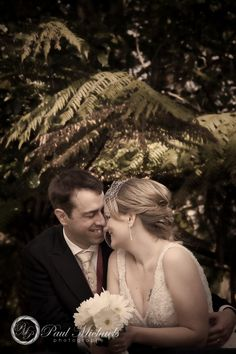 wedding couple In the park. Wedding photography Wellington http://www.paulmichaels.co.nz/