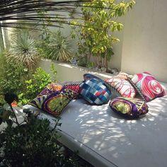 Les coussins colorés Mook décorent la terrasse