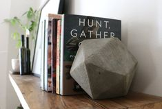 DIY Geometric Concrete Bookends Tutorial With the help of recycled cardboard and quick-drying concrete, these modern bookends with high-end . Diy Design, Design Art, Modern Bookends, Bookends Diy, Concrete Projects, Diy Concrete, Poured Concrete, Concrete Planters, Geometric Decor
