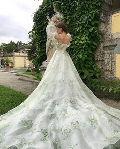 Monique Lhuillier You will find different rumors about the real history of the wedding dress; tesettür First Narration; Ball Gowns Evening, Ball Gowns Prom, Ball Gown Dresses, Dresses Dresses, Bridal Dresses, Elegant Dresses, Pretty Dresses, Beautiful Dresses, Gorgeous Dress