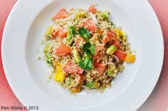 Quinoový salát s avokádem a růžovým grepem