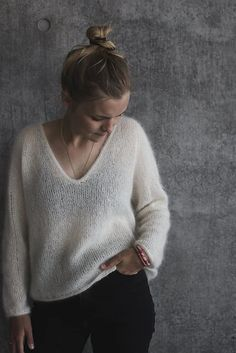 The Cumulus Blouse is worked from the top down in stockinette stitch with two strands of thin mohair/silk yarn held together throughout. All edges are finished with i-cord. Pull Oversize Col V, Winter Cardigan Outfit, Pullover Design, Pullover Shirt, I Cord, Crochet Cardigan Pattern, How To Purl Knit, Mohair Sweater, T Shirt Yarn