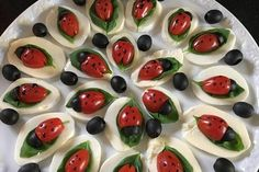 Tomate-Mozzarella-Marienkäfer and Drink pairing appetizers Tomate-Mozzarella-Marienkäfer von Chefkoch-Video Snacks Für Party, Appetizers For Party, Appetizer Recipes, Salad Recipes, Bbq Cauliflower Wings, Paleo Meal Plan, Vegan Tacos, Food Garnishes, Christmas Snacks
