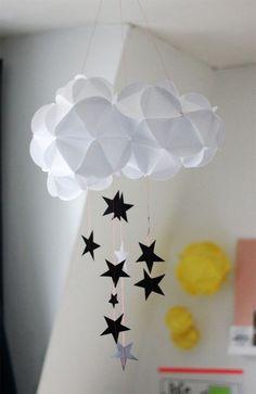 mobile bébé mignon à faire soi-même - nuage blanc comme base et des étoiles en papier noir et gris suspendues