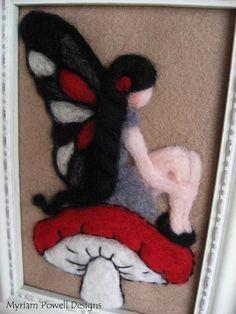 Goth Fairy - verfügt über eine gotische Nadel Gefilzte Fee Fairy - Waldorf Fairy Art - Sammlerstücke Fairy dieses schönes Bild. Die Fee ist auf ein hellbraun mit schwarzen, grauen, roten und weißen wolle roving fühlte Filz. Die Bilderrahmen ist weiß, Vintage-Stil. Es misst 7 X