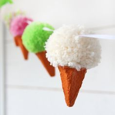 Make a festive Pom Pom Icecream Garland. Full tutorial with step by step by pictures in English.