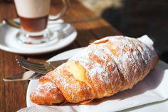 I Cornetti alla Crema sono la colazione per eccellenza della maggior parte degli italiani e oggi li prepariamo proprio come quelli di pasticceria! Croissants, Snack Recipes, Cooking Recipes, Snacks, Italian Desserts, Mets, Galette, Biscotti, Finger Foods