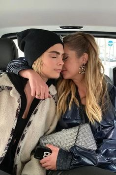 Always quiet about their private life, Cara Delevingne and Ashley Benson made their relationship official after the Chanel show in March of Take a look at some of the cutest moments shared by the couple. Cute Lesbian Couples, Cute Couples Photos, Couples Lesbiens Mignons, Pretty Little Liars, Couple Fotos, Pretty People, Beautiful People, Lgbt, Couple Moments