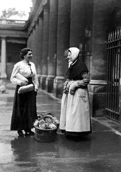 Août 1917, au Palais Royal, deux ménagères revenant du marché.  Lieu: Paris • Auguste Golden