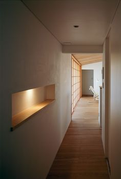 Japanese interior design with a touch of minimalism. Japanese Modern House, Japanese Living Rooms, Minimalist Interior, Minimalist Home, Residential Architecture, Interior Architecture, Dining Room Table Decor, Japanese Interior Design, Mud House