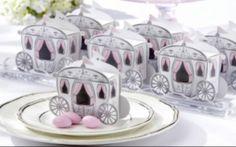 As lembrancinhas também podem entrar no clima romântico dos contos de fadas. Uma ideia simples e econômica é dar aos convidados caixinhas em forma de carruagem ou coroa contendo balinhas ou chocolates.