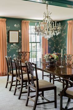 Adorned with chinoiserie wallpaper, this traditional dining room by Honey Collins Interiors is bright and bold. #chinoiserie #diningroom #traditionaldesign