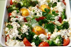 Amateur Cook Professional Eater - Baked eggs with broccoli, tomatoes and feta cheese Food Tasting, Baked Eggs, Greek Recipes, Feta, Broccoli, Breakfast Recipes, Breakfast Ideas, Brunch, Cooking Recipes