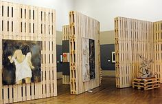 Original-Aussteller für eine Kunstgalerie aus recycelten Holzpaletten