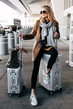 41 Cute Travel Outfits To Wear On All Your Getaways – Hello, Bombshell! 41 Cute Travel Outfits To Wear On All Your Getaways 41 Cute Travel Outfits To Wear On All Your Getaways: Classy and Cute Airport Outfit Cute Airport Outfit, Airport Travel Outfits, Tourist Outfit, Cute Travel Outfits, Comfy Travel Outfit, Comfy Fall Outfits, Winter Travel Outfit, Winter Outfits, Airport Chic
