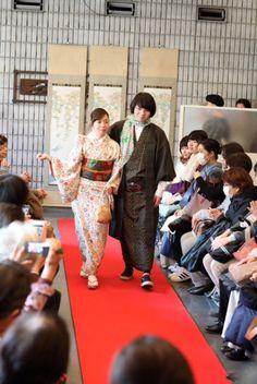 Défilé de #kimono teints par Kayoko Yamamoto, maître artisan de teinture Bingata à l'atelier Okame Kōbō à Nakai, #Tokyo